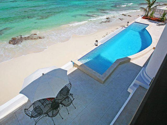 Vista desde la terraza a la piscina y la playa.
